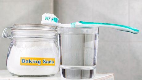 tanden poetsen en bleken met baking soda