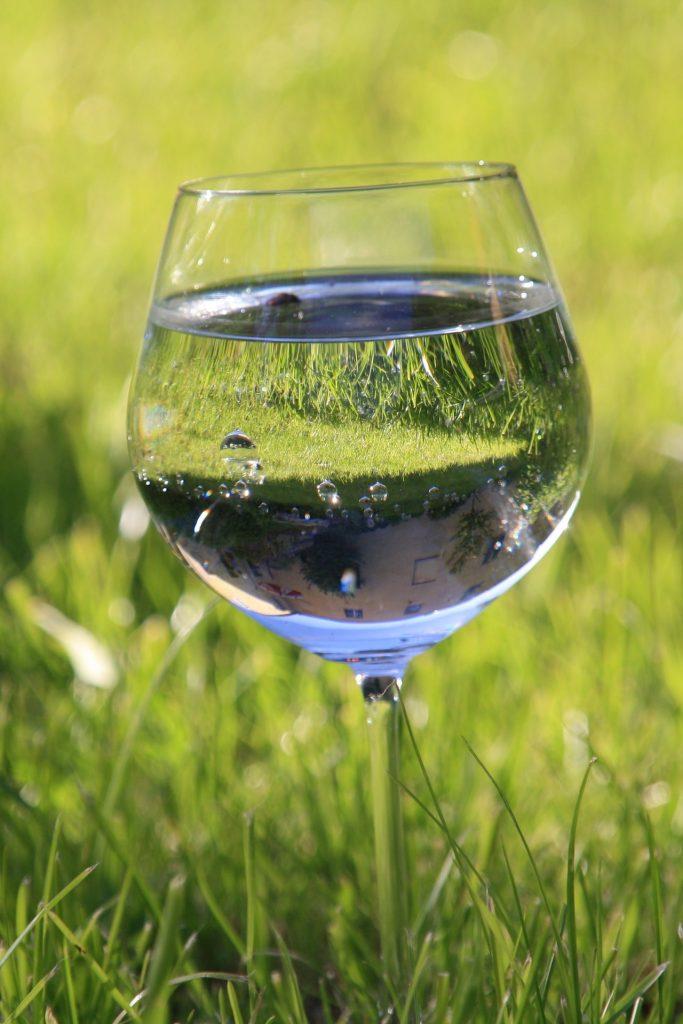 water na wijn drinken